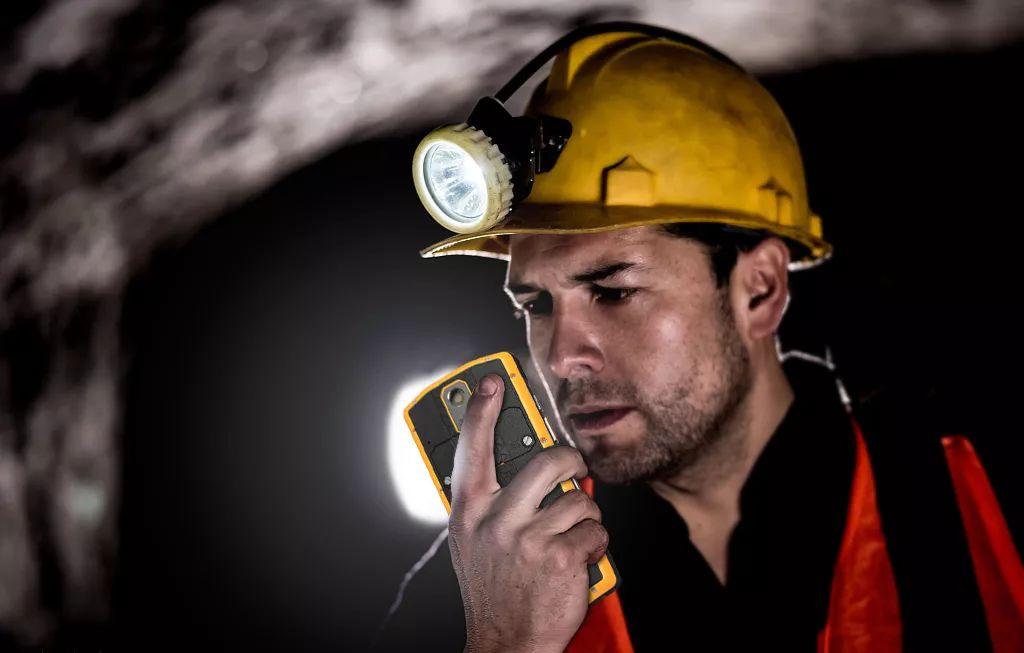 这款万博manbetx官网手机版对讲手机,不仅能打电话还能不插卡对讲,炼化厂在用
